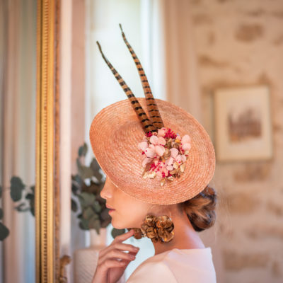 Vincennes doré, chapeaux, hat, chapeau, Vincennes, les petites mésanges, mariage, wedding, accessoires, fleurs, fleurs stabilisées, fontainebleau, paille, straw hat, chantilly, terra-cotta, chantilly naturel, hortensias, Vincennes, rouge, cannes, doré, opéra, plumes, feather, paon, plume de paon, nude,