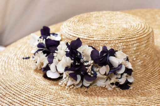 Vincennes doré, chapeaux, hat, chapeau, Vincennes, les petites mésanges, mariage, wedding, accessoires, fleurs, fleurs stabilisées, fontainebleau, paille, straw hat, chantilly, terra-cotta, chantilly naturel, hortensias, Vincennes, rouge, cannes, doré, opéra, plumes, feather, paon, plume de paon, nude, lavande, violet, ivoire, cloche
