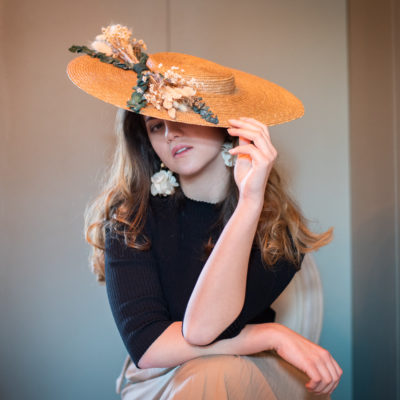 Vincennes doré, chapeaux, hat, chapeau, Vincennes, les petites mésanges, mariage, wedding, accessoires, fleurs, fleurs stabilisées, fontainebleau, paille, straw hat, chantilly, terra-cotta, chantilly naturel, hortensias, Vincennes, rouge, cannes, doré